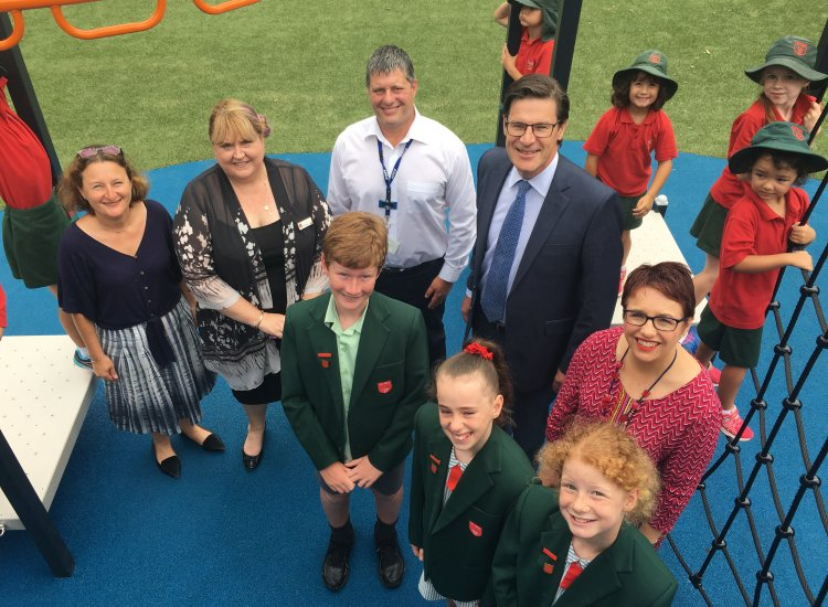 St Ives Park Public School Former Principal Gillian Tegg, Acting Principal Jodie Sheehy, School Infrastructure NSW Representative Matt Oakley, Member for Davidson Jonathan O'Dea, P&C President Emmy Druce and St Ives Park Public School students
